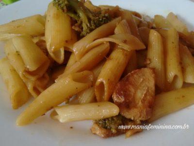 Macarrão com frango e brócolis